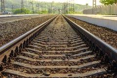Tom järnvägsstation på en sommardag Arkivfoto