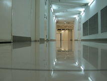 tom källarekorridor Arkivfoto