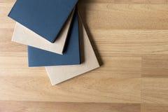 Tom katalog och bok, tidskrifter, bokåtlöje upp på den wood backgrouen arkivfoton