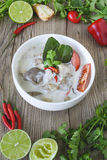 Tom Kha Kai, minestra di pollo tailandese in latte di cocco, alimento tailandese, cucina tailandese, erbe tailandesi Fotografie Stock Libere da Diritti