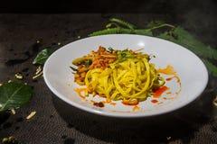 Tom kluski Żółty fertanie smażący suszyć talerza yum umieszczał na podłogowym rzemiennym czerni jako tło tradycyjne tajskie jedze Zdjęcia Stock