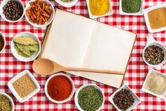 Tom kokbok och olika kryddor fotografering för bildbyråer