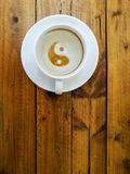 Tom kopp kaffe som ett symbol av yin yang arkivbilder