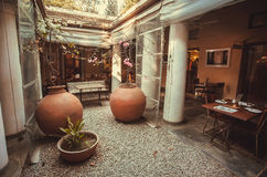 Tom korridor av dinning område inom lyxig restaurang i retro indisk stil Arkivbilder