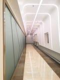 Tom korridor i den moderna kontorsbyggnaden Arkivbilder