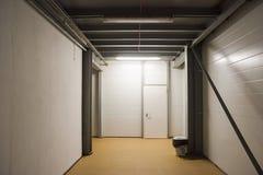 Tom korridor inom modern fabriksbyggnad industriell interior royaltyfri fotografi