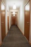 Tom korridor med trädörrar royaltyfri foto