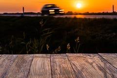 Tom lantlig wood tabellöverkant med rörelsebilen på solnedgångbakgrund Fotografering för Bildbyråer