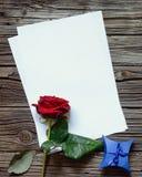 Tom legitimationshandlingar på tabellen med rosa och gåvan Royaltyfri Foto