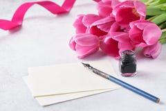 Tom lista av papper, rosa tulpanfärgpulver och pennan kopiera avstånd fotografering för bildbyråer