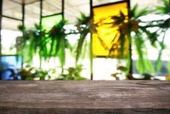 Tom mörk trätabell framme av abstrakt suddig bakgrund Royaltyfri Foto