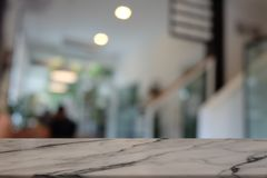 Tom mörk trätabell framme av abstrakt suddig bokehbakgrund av restaurangen royaltyfri fotografi