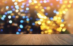 Tom mörk trätabell framme av abstrakt suddig bokehbakgrund av restaurangen Kan användas för den dina skärm eller montagen arkivfoto