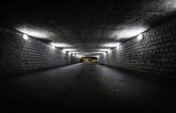 Tom mörk tunnel på natten Arkivfoto