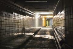 Tom mörk tunnel på natten Royaltyfria Bilder