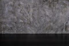 Tom mörk wood tabell på bakgrund för vägg för stil för grå färgbetongvind arkivfoton