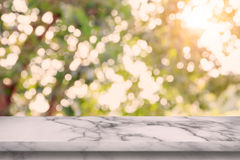 Tom marmortabell med bakgrund för bokehabstrakt begreppgräsplan arkivfoto