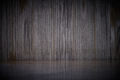 Tom marmortabell p? m?rk gammal tr?v?ggtextur med naturlig modellbakgrund arkivbilder