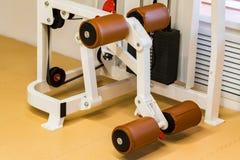 Tom maskin för benförlängningsövning i modern idrottshall arkivfoton