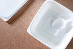 Tom matbehållare på wood bakgrund Top beskådar Arkivbild