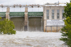 Tom Miller Dam, der das Freigeben von Hochwassern hält stockbilder