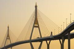 Tom morno da hora dourada do por do sol do quando da ponte de Bhumibol foto de stock royalty free