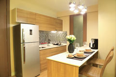 Tom morno do projeto de interiores luxuoso da cozinha no condomínio imagens de stock
