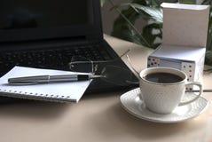 Tom notepad över bärbar dator- och kaffekoppen Royaltyfria Bilder