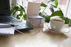 Tom notepad över bärbar dator- och kaffekoppen Royaltyfri Fotografi