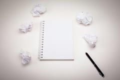 Tom notepad med bläckpennan royaltyfri foto