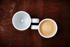 Tom och full kopp av nytt kaffe på den lantliga trätabellen, fördelar och skador av kaffebegreppet Royaltyfri Fotografi