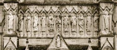 Tom ocidental de Front Statues Above Entrance Sepia da catedral de Salisbúria fotos de stock