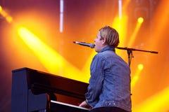 Tom Odell (brittisk sångare, låtskrivare och pianist) allsånger och lekar pianot på FIB festivalen Arkivfoto