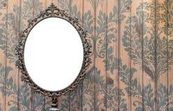 Tom oval spegel på tappningväggen Royaltyfri Foto