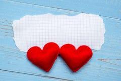 Tom pappers- anmärkning med för hjärtaform för par röd garnering på blå trätabellbakgrund Gifta sig, romantiska och lyckliga Vale arkivbilder