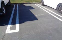 Tom parkera fläck mellan två bilar i en parkeringsplats 2 royaltyfri fotografi