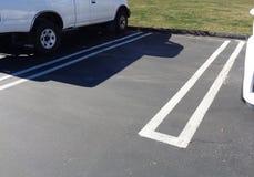 Tom parkera fläck mellan två bilar i en parkeringsplats 3 fotografering för bildbyråer