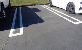 Tom parkera fläck mellan två bilar i en parkeringsplats arkivbilder