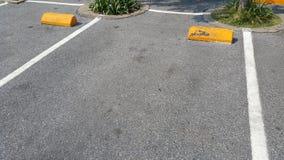 Tom parkeringsplats i bakgrund för solig dag arkivbilder