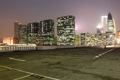Tom parkeringsplats i staden Arkivfoton