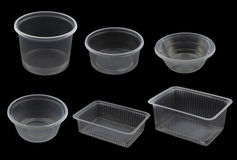 Tom plast- behållare som isoleras på svart arkivbild