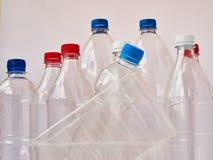 Tom plast- som dricker flaskor som är klara för återanvändning Miljöskyddbegrepp Tomma färgrika plast- flaskor är recyclabl arkivfoton