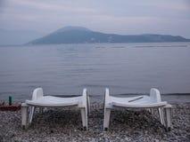 Tom plast- vardagsrum för chaise två på havssida på slutet av säsongen royaltyfri fotografi