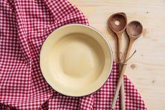 Tom platta, köksgeråd och röd bordduk på trätabellen, bästa sikt, kopieringsutrymme royaltyfri fotografi