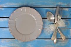 Tom platta, sked, gaffel och kniv royaltyfria foton