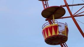 Tom röd karusell på gatan blå sky unga vuxen människa stock video