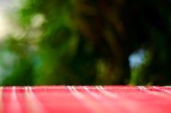 Tom röd resturant bakgrund för tabell och för suddighet, gatasikt royaltyfri fotografi