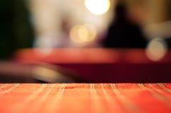 Tom röd resturant bakgrund för tabell och för suddighet, gatasikt Arkivfoto
