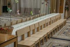 Tom rad av träbarnstolar i musikrum för beröm i musik-korridor väntande parti royaltyfria foton