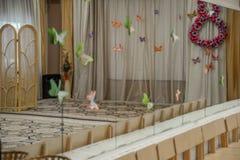 Tom rad av träbarnstolar i musikrum för beröm i musik-korridor väntande parti arkivfoton